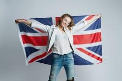 Härlig flicka med flaggan av Britannien royaltyfria foton