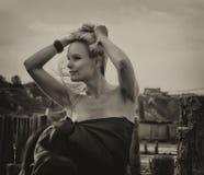 Härlig flicka med flyghår i klänning på naturen Arkivbild