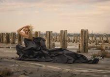 Härlig flicka med flyghår i klänning på naturen Arkivfoto