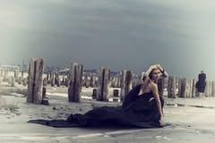 Härlig flicka med flyghår i klänning på naturen Royaltyfria Bilder
