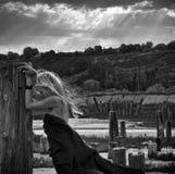 Härlig flicka med flyghår i klänning på naturen Arkivfoton