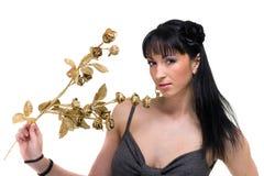 Härlig flicka med guld- blommor som isoleras över vit Arkivfoto