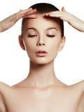 Härlig flicka med härligt makeup-, ungdom- och hudomsorgbegrepp royaltyfri bild