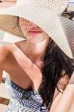 Härlig flicka med hatten och sexiga kanter Arkivfoto