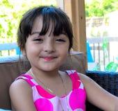 Härlig flicka med hennes nya läppstift Arkivfoto