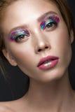 Härlig flicka med idérik färgrik makeup Härlig le flicka fotografering för bildbyråer