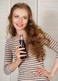 Härlig flicka med kolsyrat vatten Royaltyfria Bilder