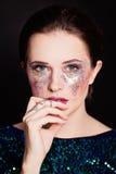 Härlig flicka med konstnärlig makeup royaltyfri bild