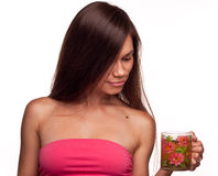 Härlig flicka med koppen av tea Arkivbild
