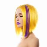Härlig flicka med kort hår guppar royaltyfri fotografi