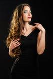 Härlig flicka med lång krullning Royaltyfri Fotografi