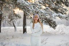Härlig flicka med lång lockigt hår- och vitkläder som har gyckel Royaltyfria Bilder