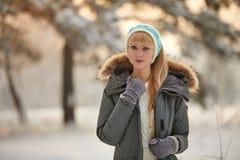 Härlig flicka med lång lockigt hår- och vitkläder som har gyckel Fotografering för Bildbyråer