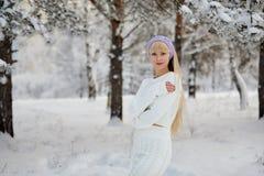 Härlig flicka med lång lockigt hår- och vitkläder som har gyckel Royaltyfri Foto