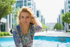 Härlig flicka med långt blont hår som ler utomhus Fotografering för Bildbyråer