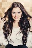 Härlig flicka med långt hår i ögonbindel royaltyfri fotografi