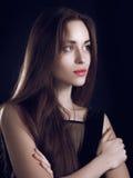 Härlig flicka med långt hår mot svart bakgrund royaltyfri bild