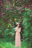 Härlig flicka med långt hår som bär en krans Arkivbild