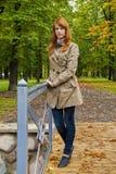 Härlig flicka med långt rött hår Royaltyfri Foto