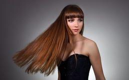 Härlig flicka med långt rakt hår royaltyfria bilder