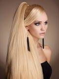 Härlig flicka med långt sunt hår Royaltyfri Fotografi