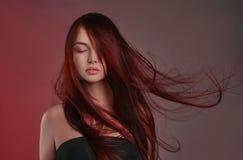 Härlig flicka med långt sunt hår arkivbilder