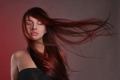Härlig flicka med långt sunt hår royaltyfria foton