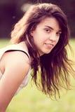 Härlig flicka med långt svart hår i trädgården Arkivfoton