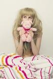 Härlig flicka med leksaken i sängen Royaltyfria Foton