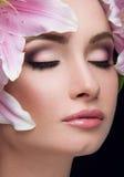 Härlig flicka med Lily Flowers Royaltyfri Bild
