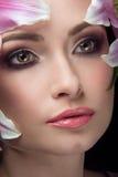 Härlig flicka med Lily Flowers Royaltyfria Bilder