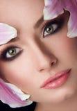Härlig flicka med Lily Flowers Arkivfoto