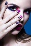 Härlig flicka med ljus idérik modemakeup royaltyfri foto