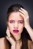 Härlig flicka med ljus makeup och långt hår Royaltyfri Foto