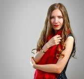 Härlig flicka med ljusa röda kanter Stående av en flicka med ett r Royaltyfri Foto