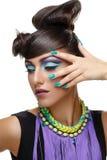 Härlig flicka med ljust livligt purpurfärgat smink royaltyfri fotografi