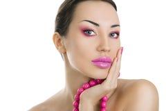 Härlig flicka med ljust rosa nära övre för smink och för tillbehör, Royaltyfri Foto