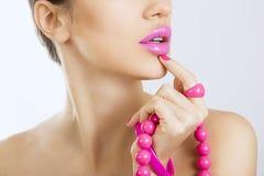 Härlig flicka med ljust rosa nära övre för smink och för tillbehör Royaltyfria Foton