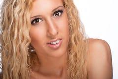 Härlig flicka med lockigt blont hår Royaltyfri Fotografi