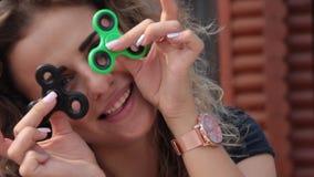 Härlig flicka med lockigt hår för spinnaresommar stock video