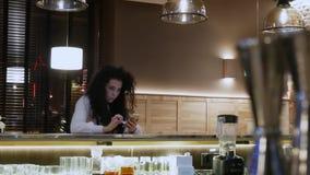 Härlig flicka med lockigt hår på den rörande telefonen för stång stock video