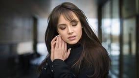Härlig flicka med makeupen fashion ståendekvinnan Arkivfoto