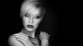 Härlig flicka med makeupen fashion ståendekvinnan Royaltyfria Bilder