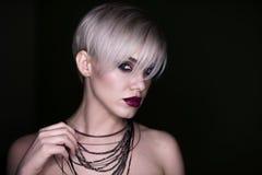 Härlig flicka med makeupen fashion ståendekvinnan Fotografering för Bildbyråer