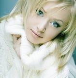 Härlig flicka med perfekt hud, blont hår Royaltyfria Bilder