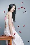 Härlig flicka med perfekt hud i en lång klänning Royaltyfri Foto