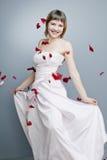 Härlig flicka med perfekt hud i en lång klänning Royaltyfri Bild