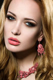 Härlig flicka med perfekt hud- och aftonmakeup royaltyfria foton