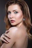Härlig flicka med perfekt hud- och aftonmakeup royaltyfria bilder
