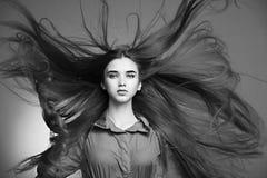 Härlig flicka med perfekt hud och långt hår Fotografering för Bildbyråer